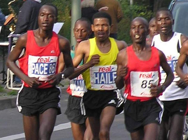 Haile_Gebrselassie_beim_Berlin-Marathon_2008 cropped